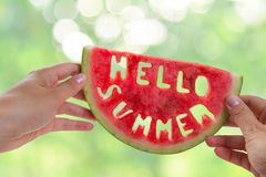Hello-de zomerconcept - brieven van watermeloen worden gesneden die Stock Fotografie