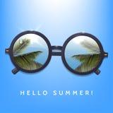 Hello-de zomerillustratie Palmenbezinning in ronde zonnebril Blauwe hemelachtergrond vlekken van zonlicht Stock Foto