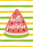 Hello-de zomertekst op de vectorillustratie watermeloen groene gele gestreepte van de achtergrond heldere de zomerkaart stock illustratie
