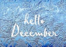 Hello december Ijzig natuurlijk patroon op de wintervenster Vorstpatronen op glas stock afbeeldingen