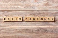 Hello desemberord som är skriftligt på träsnittet hälsningdesembertext på tabellen, begrepp arkivfoto