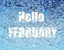Hello februari Ijzig natuurlijk patroon op de wintervenster Vorstpatronen op glas Royalty-vrije Stock Afbeeldingen