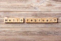 Hello Februari ord som är skriftligt på träsnittet Hello Februari text på tabellen, begrepp Royaltyfria Foton