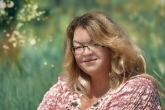 Hello, honing! Portret van een jonge vrouw op een zonnige glansachtergrond royalty-vrije stock foto's
