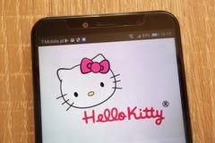 Hello Kitty-embleem op een moderne smartphone wordt getoond die stock foto's