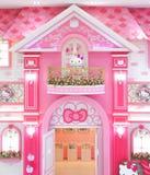 Hello Kitty gigantyczna pluszowa lala jest wśrodku jej różowego pałac w Hello Kitty w Jeju obraz stock