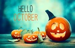 Hello Oktober med pumpor på natten royaltyfri foto