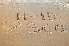 Hello-Overzees in het zand wordt geschreven dat Royalty-vrije Stock Fotografie