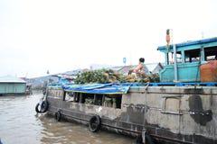 Hello som svävar marknaden mekong vietnam Can Tho Fruktflodsäljare royaltyfri bild