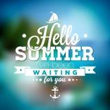 Hello sommar, har jag väntat på dig inspirationcitationstecknet på suddig havlandskapbakgrund Arkivbild