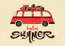 Hello sommar! Typografisk retro grungeaffisch med loppbussen också vektor för coreldrawillustration Arkivfoton