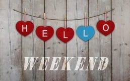 Hello-weekend bij het hangen van rode en blauwe houten harten wordt geschreven dat royalty-vrije stock fotografie