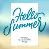 HELLOO-SOMMER-Handbeschriftungs-Kalligraphieschablone und Strandrückseite Stockbilder