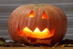 Helloween handmade bania z liśćmi i świeczka zaświecamy Horror bania zdjęcia royalty free