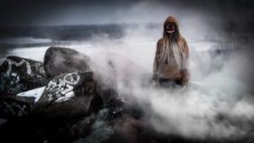 Helloween a masqué la femme à l'arrière-plan de l'eau photographie stock libre de droits