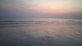 Hellrosa Sonnenuntergang-Ansicht-Himmel-Natur-Thailand-Insel Asien stock footage