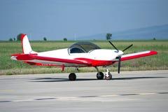 Hellrote/weiße gemalte private Flugzeuge Lizenzfreie Stockfotografie