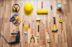 Helm, boor, hamer, het werkhandschoenen en bouwhulpmiddelen Stock Fotografie