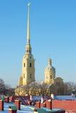 Helm des Peter und des Paul Cathedrals über den Dächern der Peter- und Paul-Festung Tag im Februar St Petersburg Lizenzfreie Stockbilder