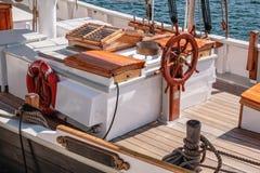 Helm eines alten Segelboots Stockfoto