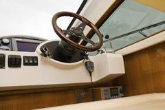 Helm eines Motorbootkreuzers Stockfoto