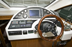 Helm eines Motorbootkreuzers Stockbild