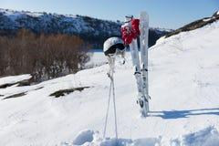 Helm en Beschermende brillen met Skis en Polen op Helling Stock Afbeelding