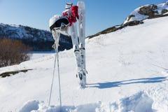 Helm en Beschermende brillen met Skis en Polen op Helling Stock Foto