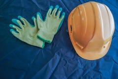 Helm en handschoenen voor bescherming op het werk royalty-vrije stock foto's