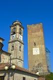 Helm Sans Giovanni Battista Church und die mittelalterliche Uhr ragen, Barbaresco hoch stockfotos