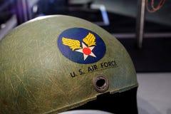 Helm van u S Kenteken met een adelaar die een zwaard, een schild, en een militair vliegtuig houdt Stock Foto's