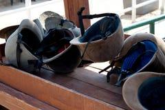 Helmen op lijst. Stock Foto's