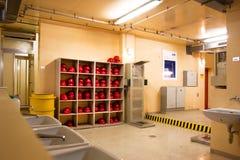 Helmen van de arbeiders in de Kernenergieinstallatie Stock Foto