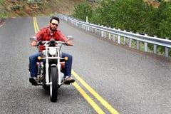 Helmetless骑自行车的人乘坐黄线 库存图片