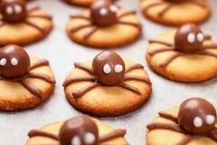 Heloween点心:滑稽的蜘蛛由与巧克力特写镜头在桌,选择聚焦的饼干制成 免版税图库摄影