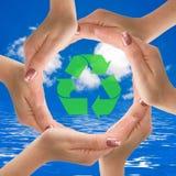 Help de aarde door Te recycleren Stock Foto