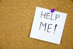 Help me geschreven op een kleverige die nota op een cork raad wordt gespeld Stock Fotografie