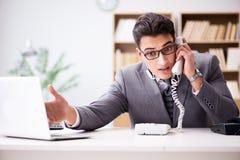Helpdesk operator opowiada na telefonie w biurze Zdjęcie Stock