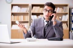 Helpdesk operator opowiada na telefonie w biurze Obraz Royalty Free