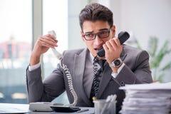 Helpdesk operator opowiada na telefonie w biurze Zdjęcie Royalty Free