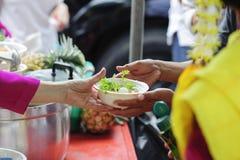 Helpend de armen in de maatschappij door voedsel te schenken: Het concept honger stock afbeelding