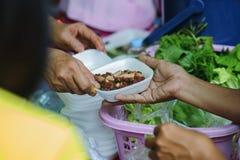 Helpend de armen in de maatschappij door voedsel te schenken: Het concept honger royalty-vrije stock foto