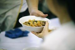 Helpend de armen in de maatschappij door voedsel te schenken: Het concept honger royalty-vrije stock afbeelding