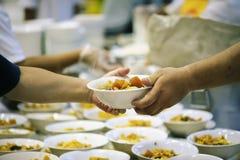 Helpend de armen in de maatschappij door voedsel te schenken: Het concept honger stock foto's