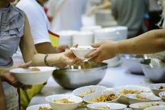 Helpend de armen in de maatschappij door voedsel te schenken: Het concept honger royalty-vrije stock fotografie