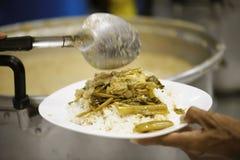 Helpend de armen in de maatschappij door voedsel te schenken: Het concept honger royalty-vrije stock foto's