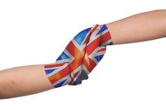 Helpend handen van twee kinderen met geschilderde de vlag van het Verenigd Koninkrijk royalty-vrije stock foto's