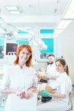 Helpend toekomstige tandartsen praktische vaardigheden beheersen stock afbeeldingen