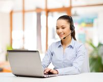 Helpline operator w słuchawki pracuje przy biurem zdjęcia stock