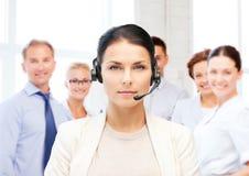 Helpline operator z hełmofonami w centrum telefonicznym zdjęcia stock